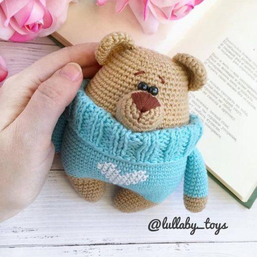 Amigurumi bear in sweater