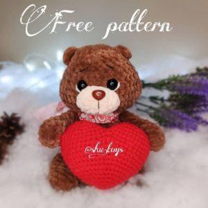 Crochet bear with a heart