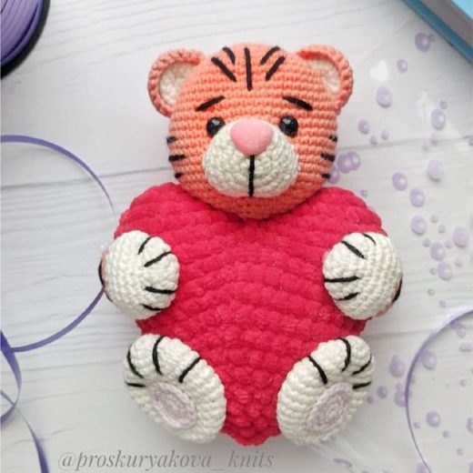Crochet tiger with a heart